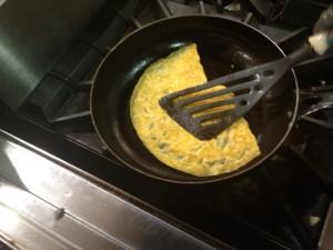 ふんわり薄焼き卵で包みます